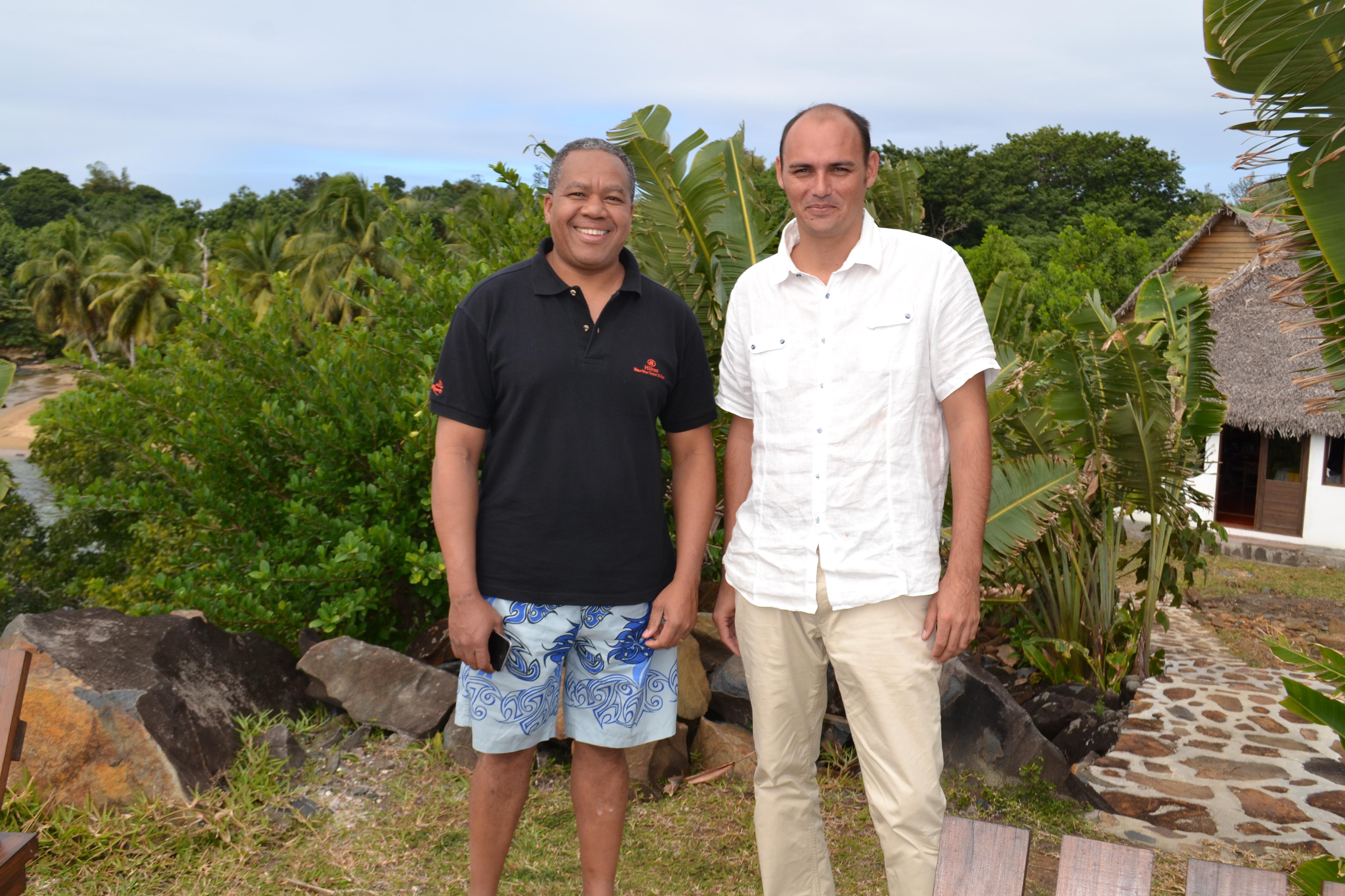 Roland Ratsiraka reste un Ministre simple et accessible. Ici sur le terrain lors d'une visite d'un hôtel à l'île Sainte-Marie avec le directeur de l'établissement