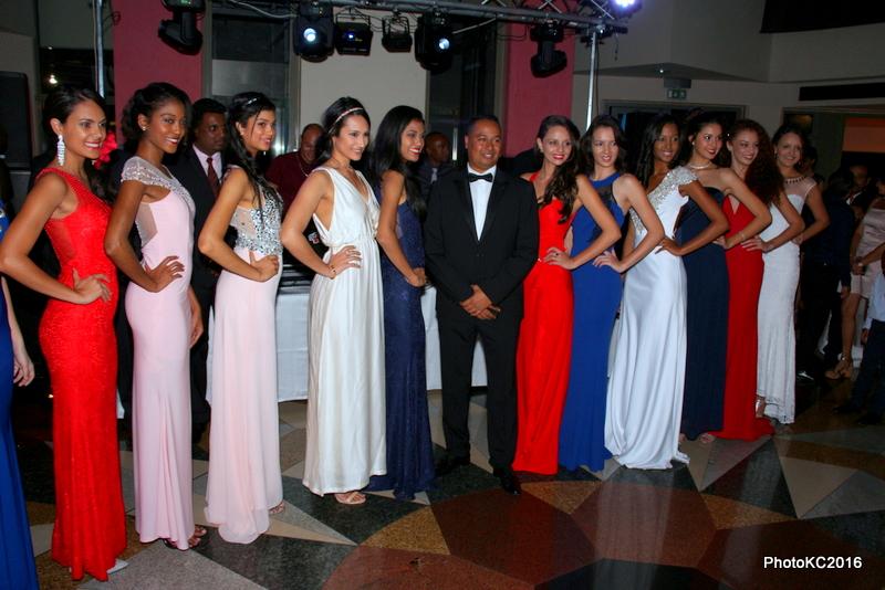 Jean-Louis Moutoussamy entouré des candidates de Miss Reunion 2016