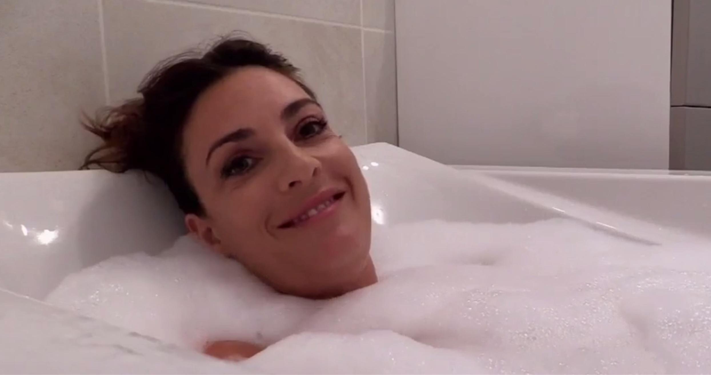 Eve Angeli nue dans son bain