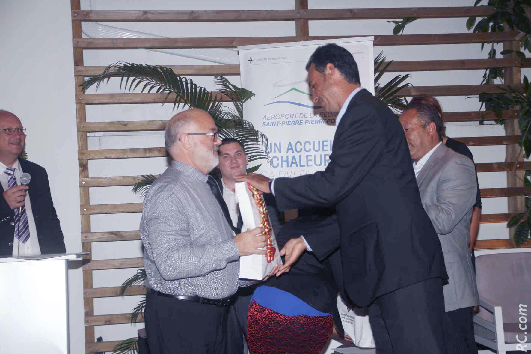 Echanges de cadeaux entre Patrick Mallet, maire de Saint-Louis et Président du Syndicat Mixte de Pierrefonds et Harel Bègué, Directeur de Discovery Rodrigues Ltd