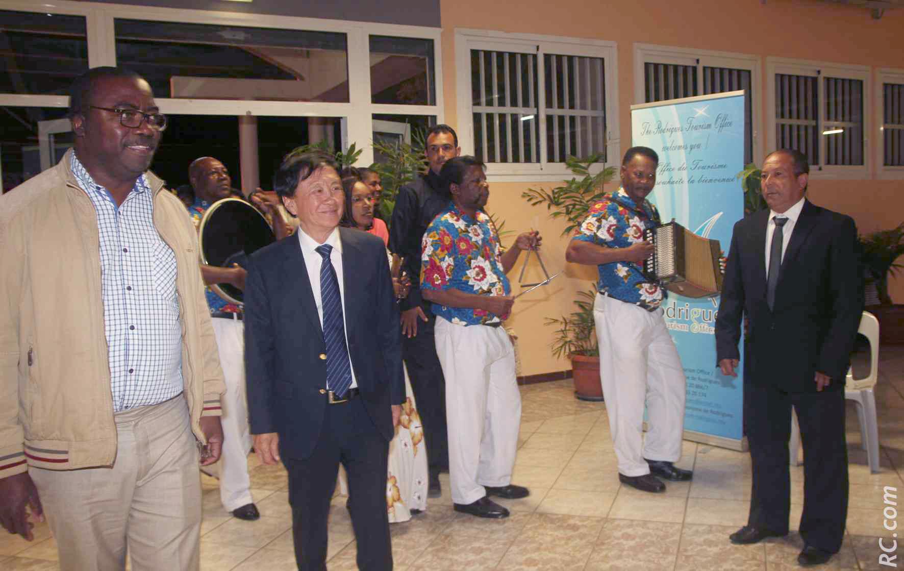 Accueil à la salle des fêtes du 12ème km au Tampon, avec une troupe de musique traditionnelle de Rodrigues.
