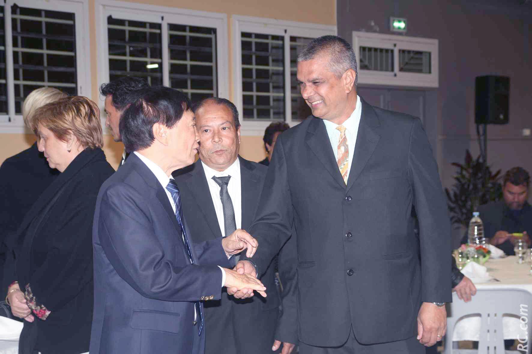 André Thien Ah Koon, maire du Tampon, Franco Roussety, conseiller municipal du Tampon et Ajay Seewoochurn, directeur du Cotton Bay.