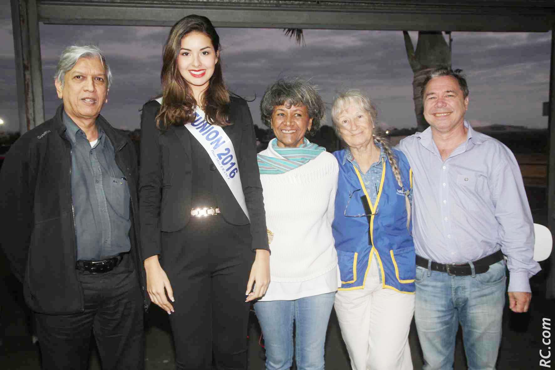 Ambre N'guyen avec des membres du Rotary Club Etang Salé, Zoeb Boudhabhay, Nancy Gennepy, Aline Paurd et Ludgé Ethève
