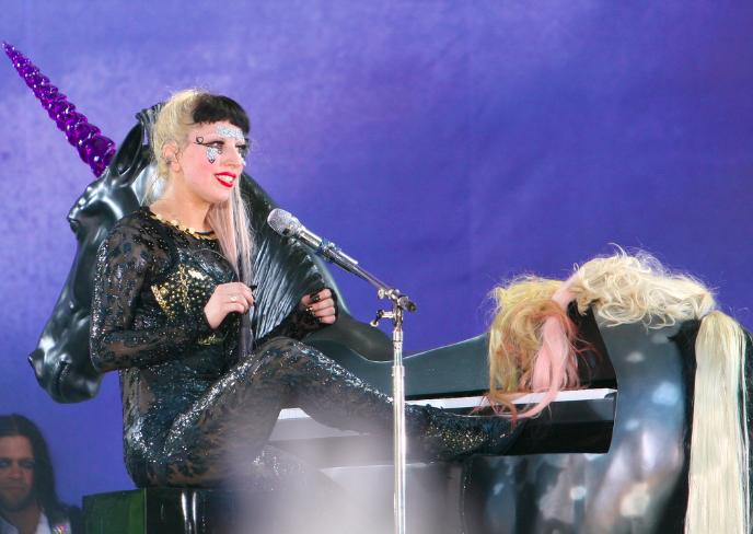Lady Gaga en micro-short et pas que!