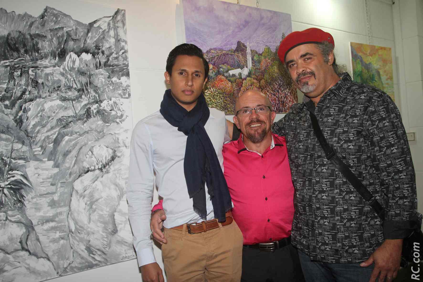 Frédéric Vavelin, Jean-Maurice Maillot et Charly Lesquelin devant le tableau où «l'église de Cilaos baigne dans un paysage asiatique», comme l'a définit l'artiste Saint-Pierrois
