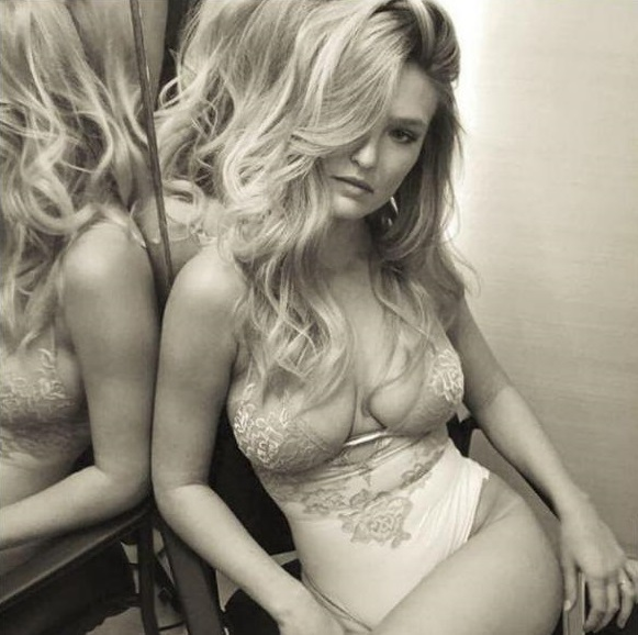 Bar Rafaeli, jeune maman, pose en lingerie sexy