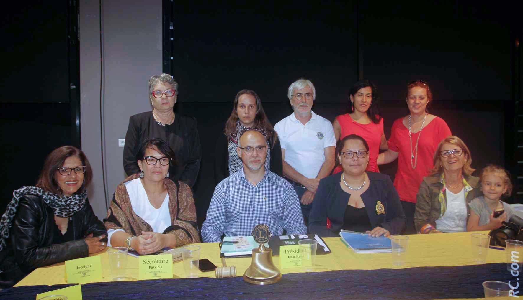 Plusieurs membres du Lions Club du Tampon Concession autour du président Jean-René Badré