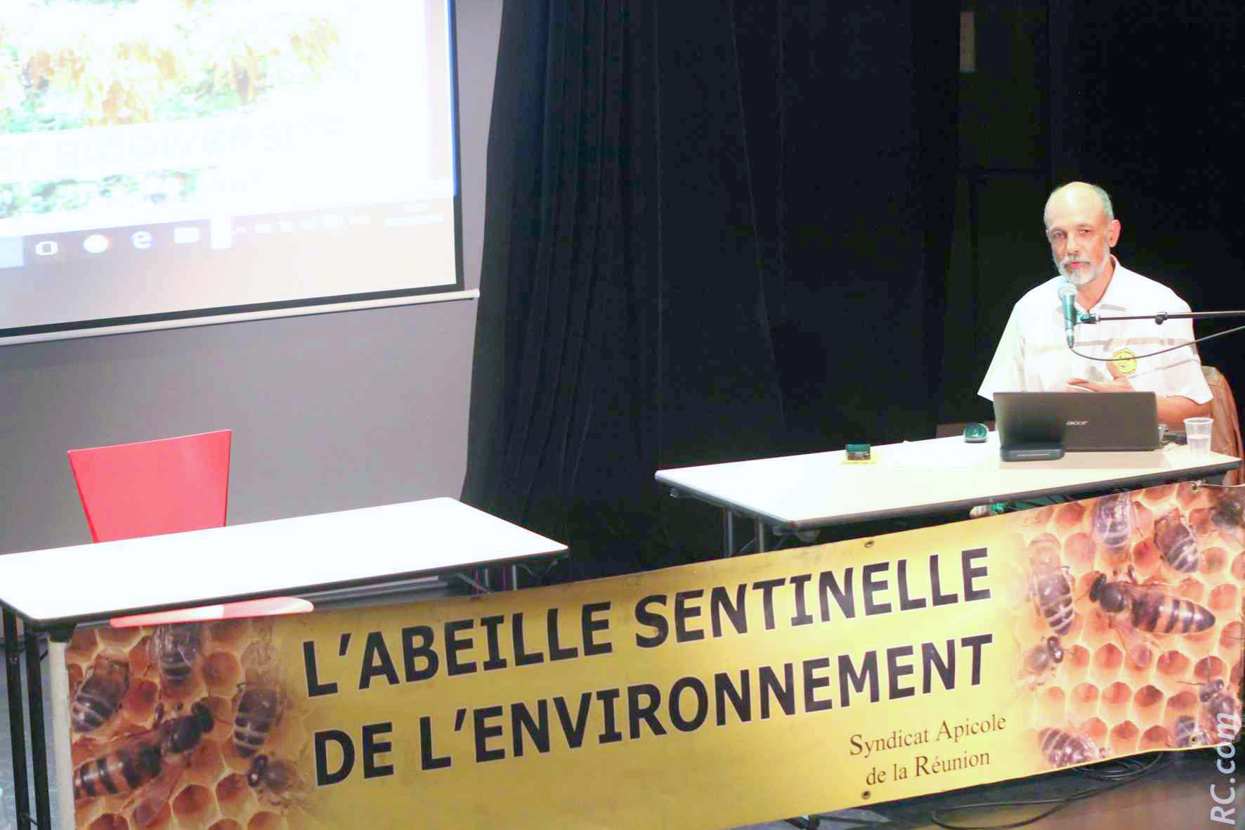 Le conférencier François Payet, président du Syndicat Apicole de la Réunion