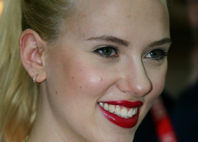 Scarlett Johansson serveuse