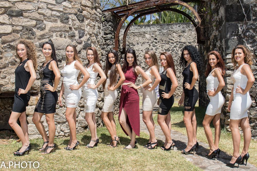 Les 10 candidates avec Cindy Ango (au centre), qui les prépare pour cette finale