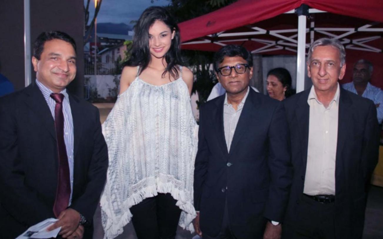 Sanjeev Kumar Bhati, Azuima Issa, Miss Réunion 2015 et 4ème dauphine de Miss France 2016, Son Excellence Dr. Mohan Kumar, et Aziz Patel, du Comité Miss Réunion