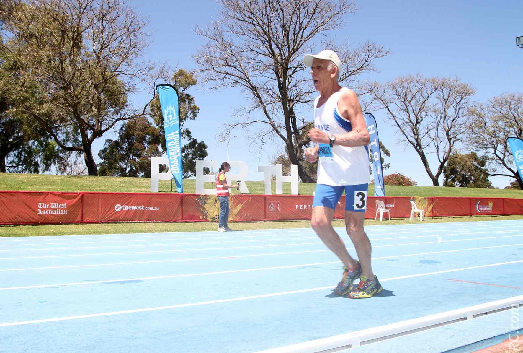 Christian est en train de remporter le 10 000m sur le stade de Ern, sous un soleil de plomb.