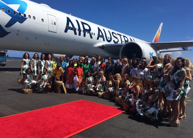 Les 30 Miss régionales posent le pied sur le tarmac de Gillot en compagnie du président de Région et du pdg d'Air Austral (Photo : Laurence Gilibert)