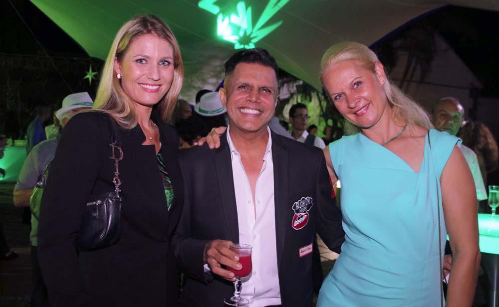 Farouk Mangrolia, bien entouré par deux blondes! Une photo qui va faire jaser...