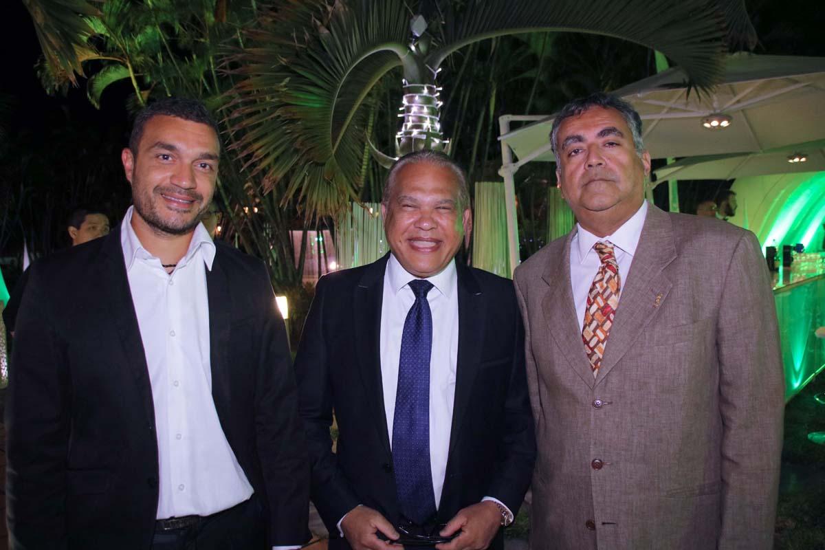 Yves Ferrière, adjoint au maire de Sainte-Marie, avec son fils (à gauche) et avec Jean-Baptiste Varondin