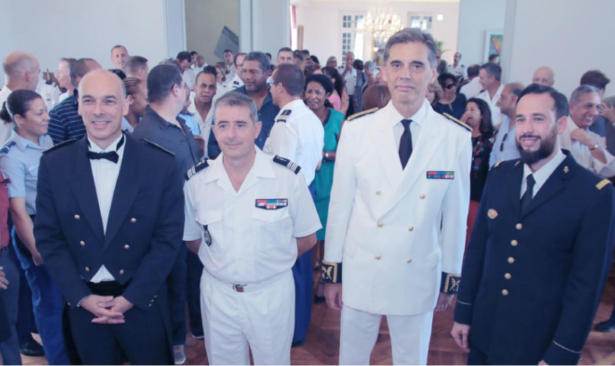 Le lieutenant-colonel Sébastien Billard, chef d'orchestre, le colonel Luc Auffret, commandant de la Gendarmerie de La Réunion, Dominique Sorain, Préfet de La Réunion, et Mathieu Septier, chanteur
