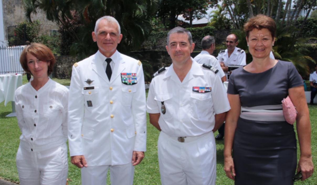 Le général Frank Régnier, commandant des FAZSOI (Forces Armées de la Zone Sud de l'Océan Indien), et son épouse, le colonel Luc Auffret et son épouse