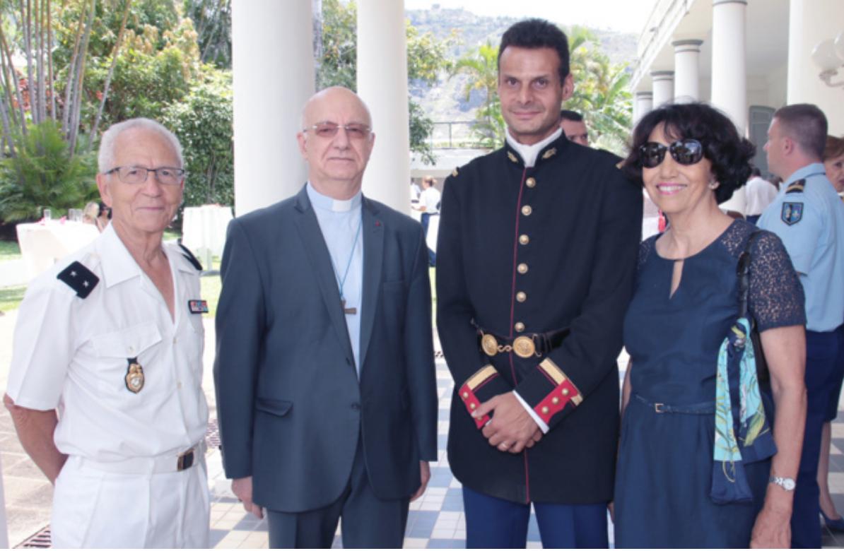 Le général à la retraite Yvon Lucas et son épouse, avec Monseigneur Gilbert Aubry, évêque de La Réunion, et l'adjudant-chef réunionnais Philippe Blard qui fait partie de l'orchestre de la Garde Républicaine