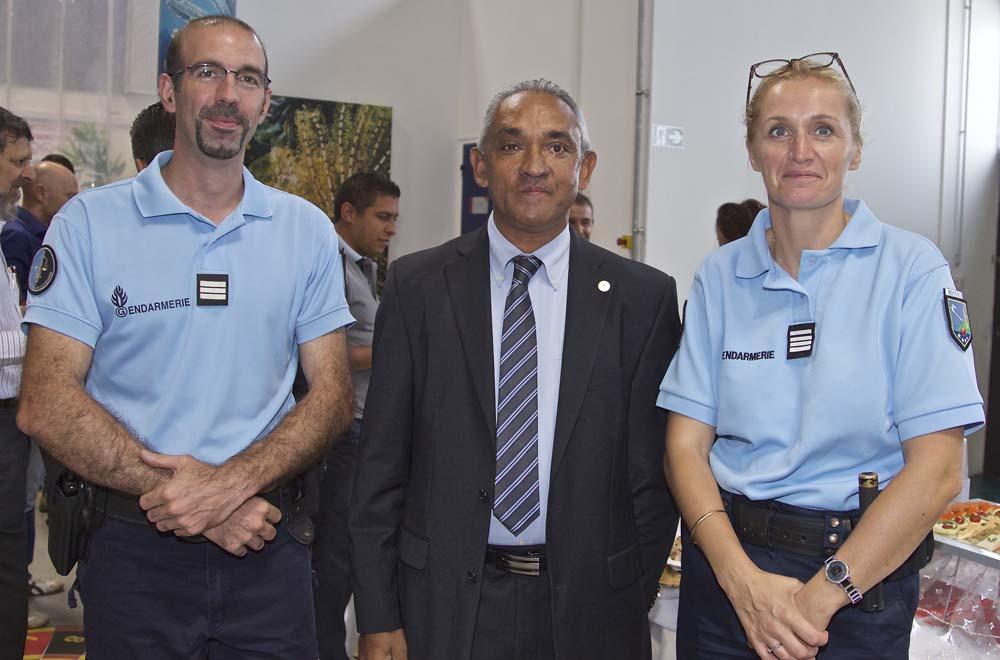 André Ramsamy avec les gendarmes de Saint-Benoît