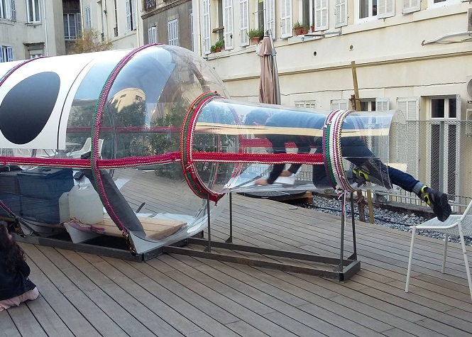 Marseille: Un artiste s'enferme dans une bouteille géante