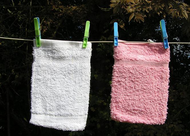 Le gant de toilette ou autre objet de lavage corporel peuvent contenir de nombreuses bactéries du fait de leur évolution dans des environnements chauds et humides. Certaines de ces bactéries peuvent causer des infections comme les candidoses ou mycoses notamment au niveau vaginal.