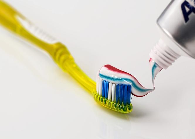 """Icône de la propreté de votre muqueuse, une brosse à dents a 60% de risques de contenir de la matière fécale. Si. A en croire une étude de l'Université Quinnipiac dans le Connecticut (Etats-Unis), des bactéries présentes dans les excréments humains pouvaient se propager dans l'air après que la chasse d'eau ait été tirée. """"La principale préoccupation n'est pas la présence de votre propre matière fécale sur votre brosse à dents, mais plutôt celle de quelqu'un d'autre qui contient des bactéries, virus ou parasites qui ne font pas parties de votre flore normale"""" a indiqué Lauren Aber, étudiant à l'Université Quinnipiac."""