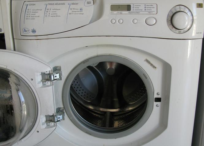 Nos machines à laver, censées être l'antre de la propreté, pourraient en fait être contaminées par de la matière fécale. La bactérie E.Coli présente sur certains vêtements plus précisément. Elles ne sont pas toutes éliminées par le lavage et risquent de se propager sur d'autres vêtements et provoquer des maladies contagieuses de type gastro-entérite.