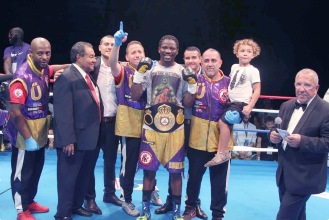 Hassan N'Dam tout sourire, il est champion du monde WBA des moyens par intérim