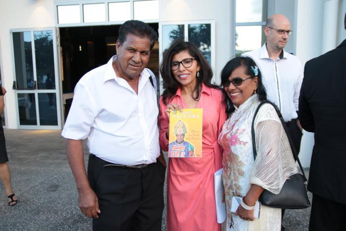 Nassismah Dindar entourée d'Augustin Valiamé de l'Association Tamoule Tirouvallouvar et de son épouse