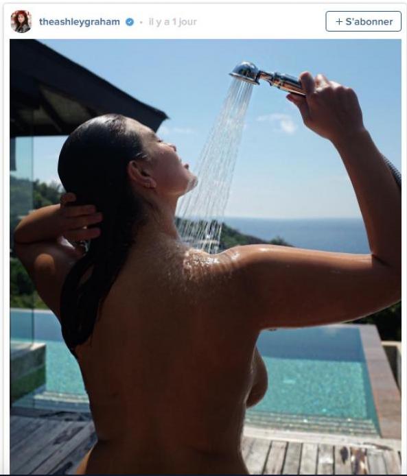 Ashley Graham prend sa douche aux Seychelles