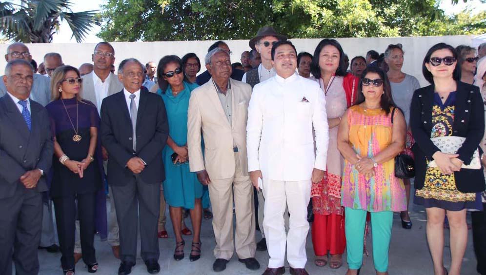 Sanjeev Bhati, le Consul Général de l'Inde à La Réunion, avec ses invités, dont Jean-Paul Virapoullé et Gilbert Annette