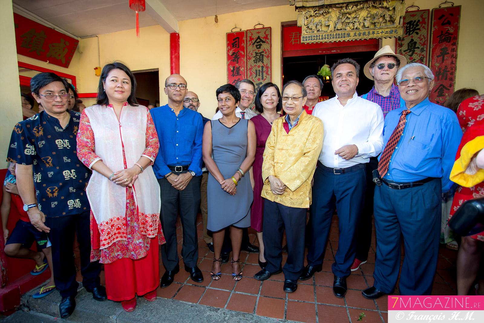 Ericka Bareigts et Didier Robert, avec des élus des deux bords et les responsables de la communauté chinoise au Temple Chane