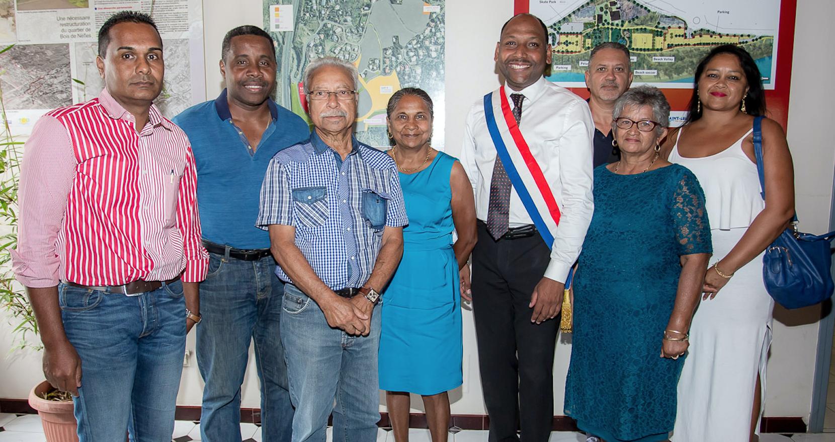 Photo de famille avec les élus présents