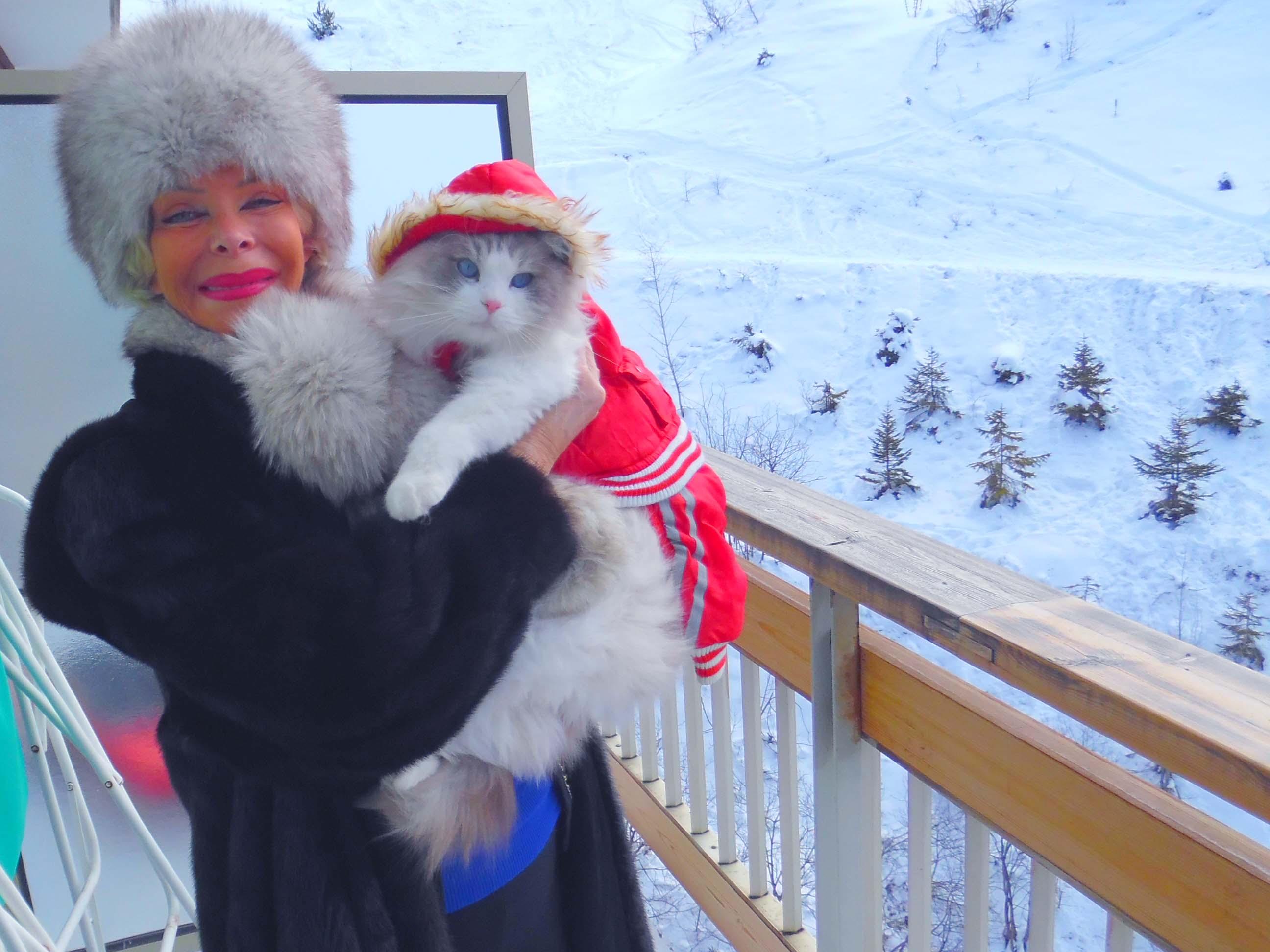 """En vacances à la neige avec son inséparable chat Félix, en vacances à Courchevel: """"C'est un ragdoll, un aristochat, il représente tout pour moi... Je l'emmène partout avec moi"""""""