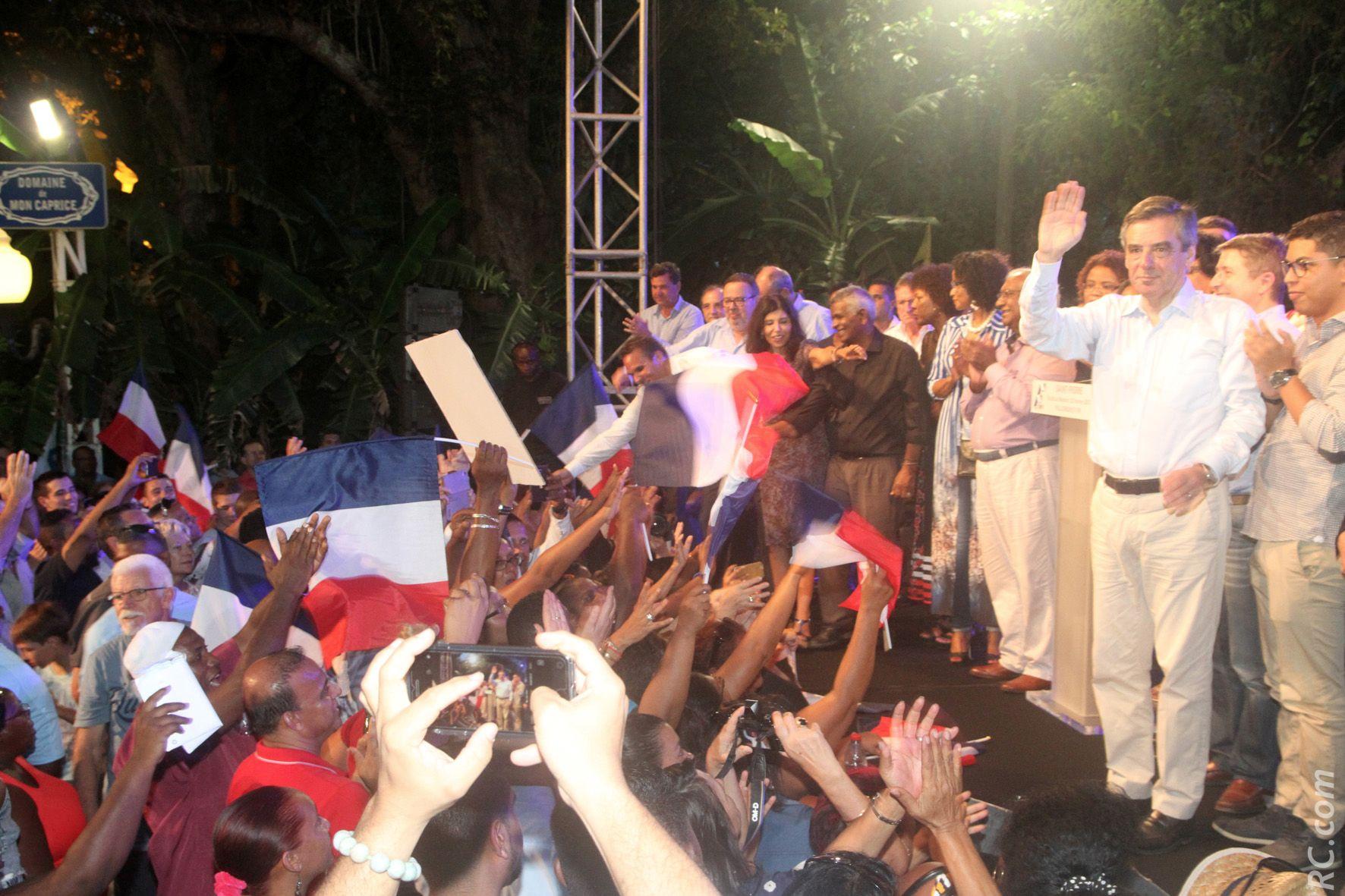 Politique : François Fillon acclamé à Saint-Pierre