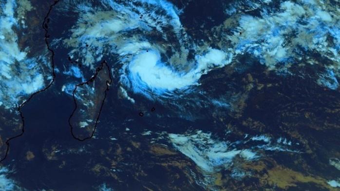 Baptisée Enawo, la tempête tropicale se trouve à 915km de La Réunion