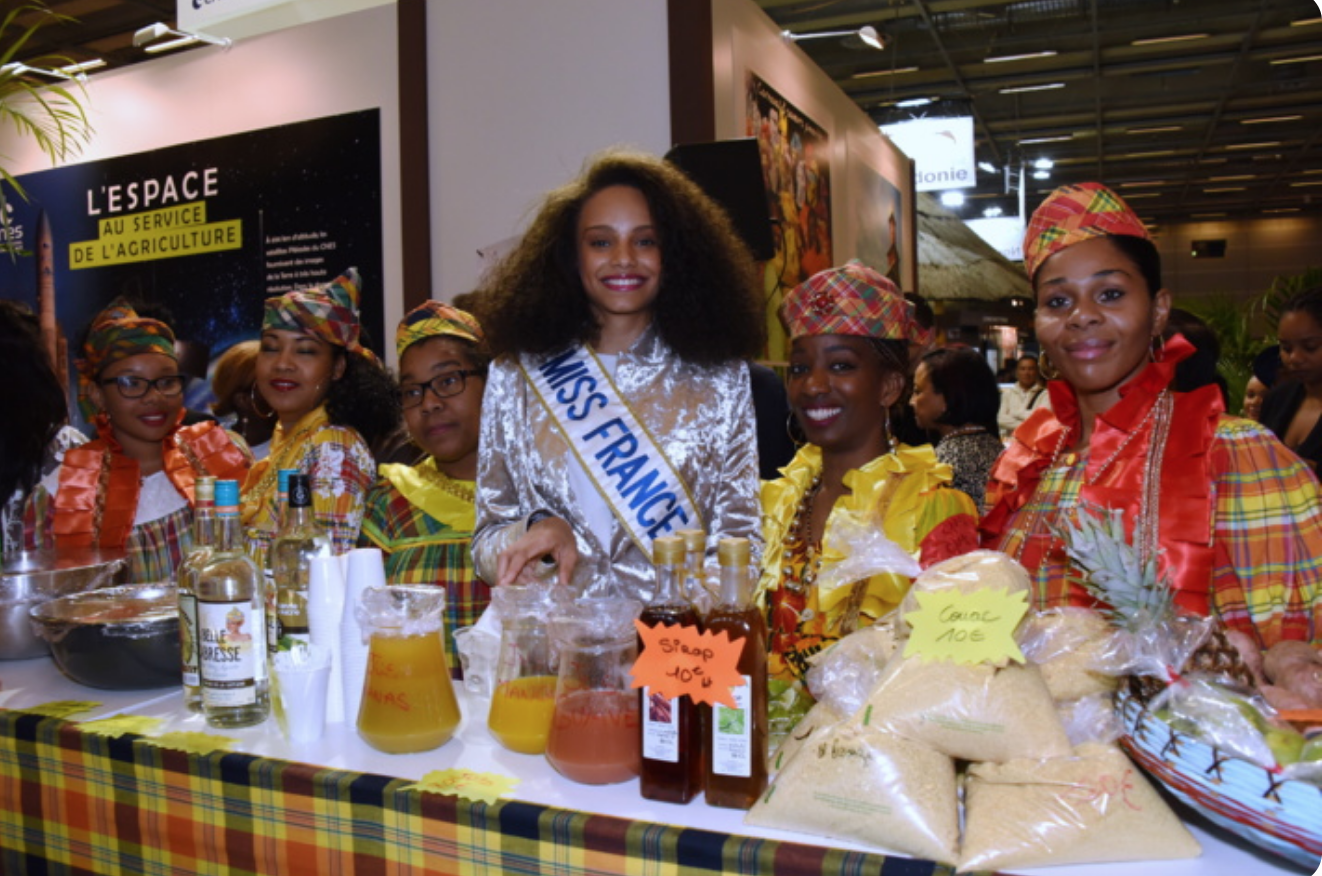 Alicia Aylies, Miss France, sur le stand de son département, la Guyane