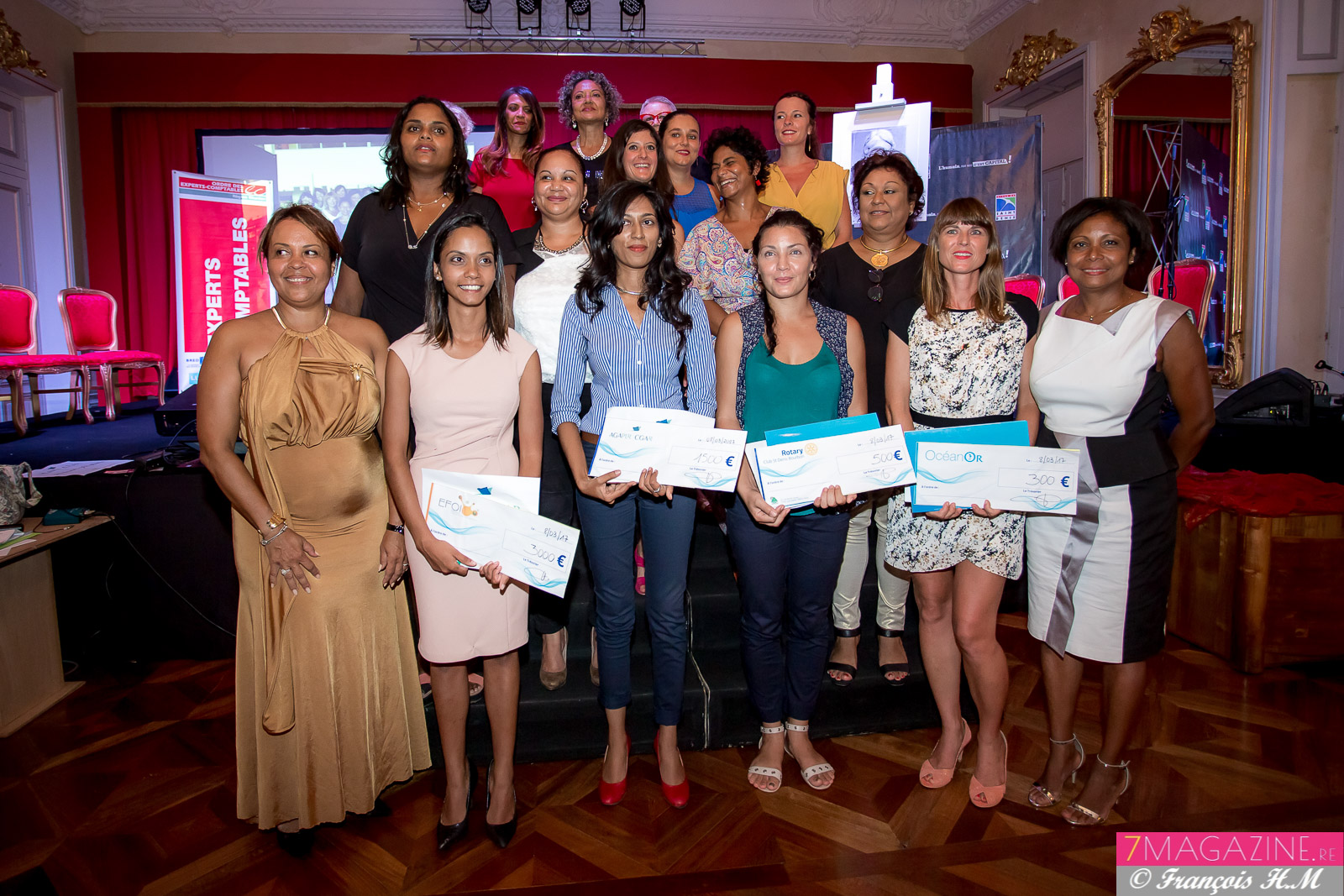Les qautre lauréates avec la marraine Monique Orphé, les responsables d'EFOI et les partenaires