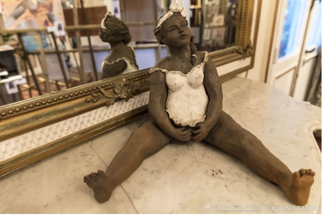 """L'oeuvre gagnante: """"Béatitude"""", une sculpture représentant une jeune femme tout en arrondi modelée dans du métal (photo Bruno Bamba)"""