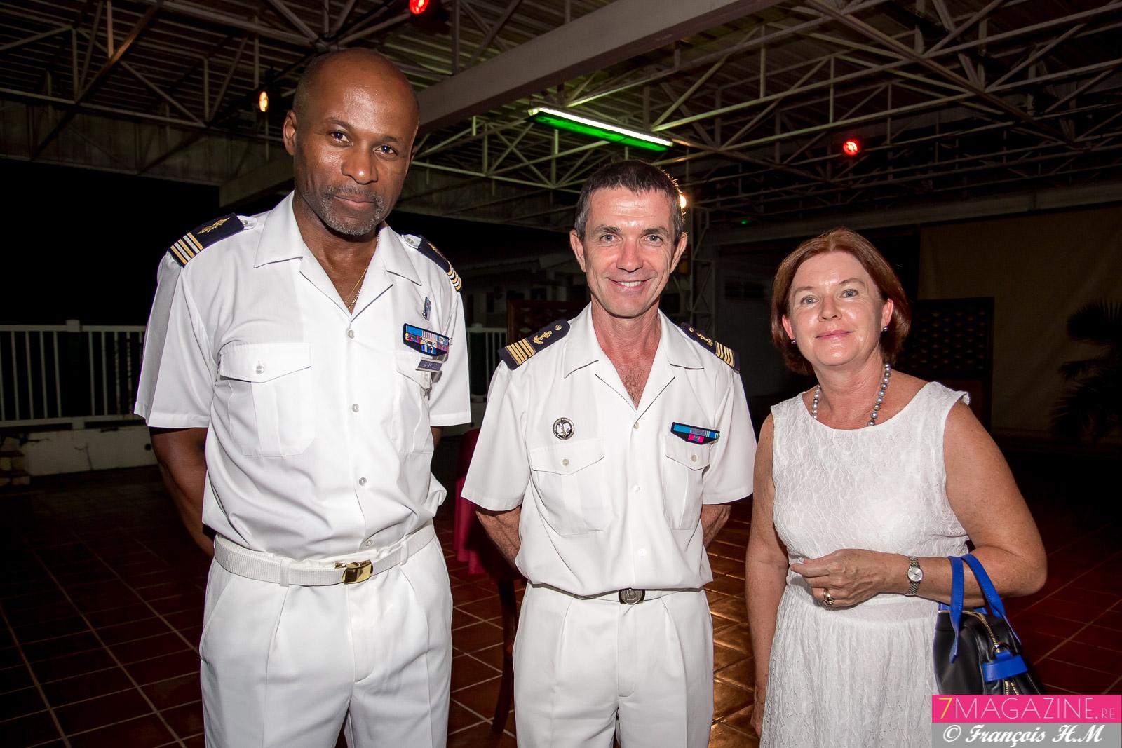 Lieutenant-colonel Eric Sallayonel, chef des services techniques au DA 181, administrateur en chef de 1ère classe des affaires maritimes Dominique Person, directeur du CROSS Réunion, et son épouse Isabelle