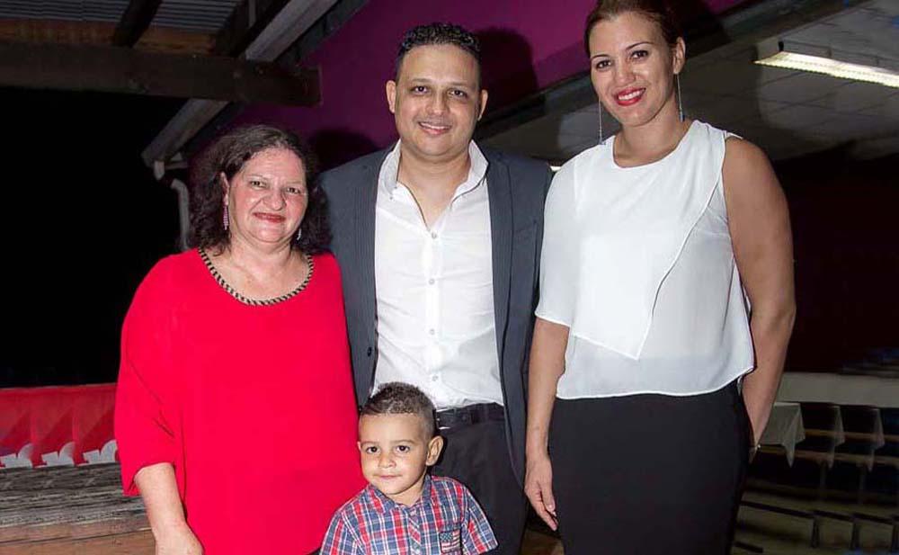 Johan Guillou, entourée de sa mère Gladys, de sa conjointe Evelyne Fari, capitaine de la sélection de La Réunion, championne de France avec la Tamponnaise, et de leur fils Maxime