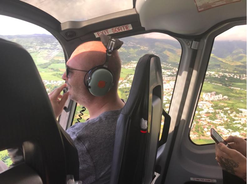 Cauet survole La Réunion