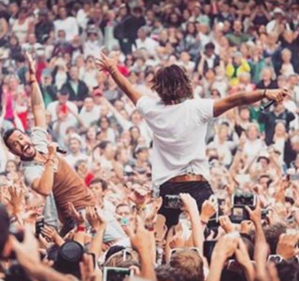 Florian Delavega chute lourdement en plein concert