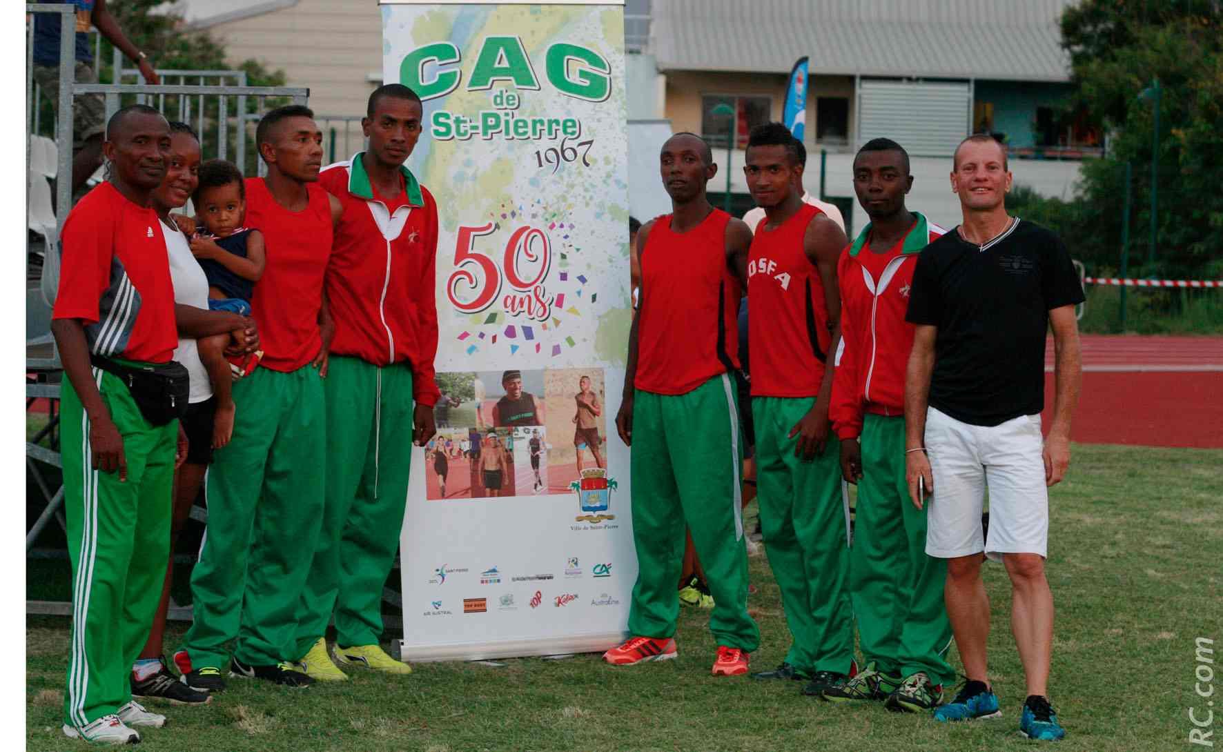 La sélection malgache emmenée par Jean Delacroix, saluée par le champion de Marathon François Lebon.