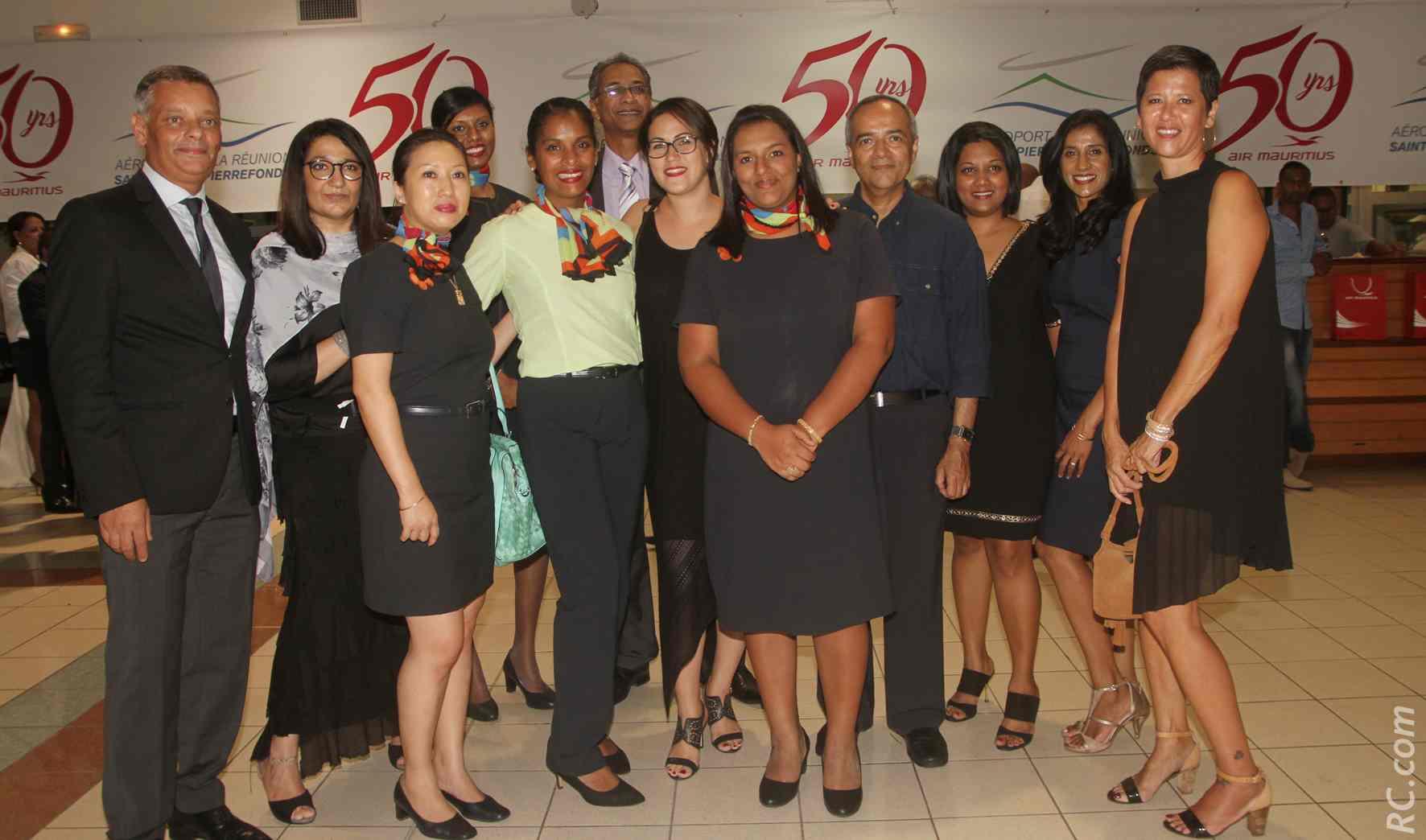 Robert Bourquin, directeur d'Air Mauritius à La Réunion et le personnel de la compagnie