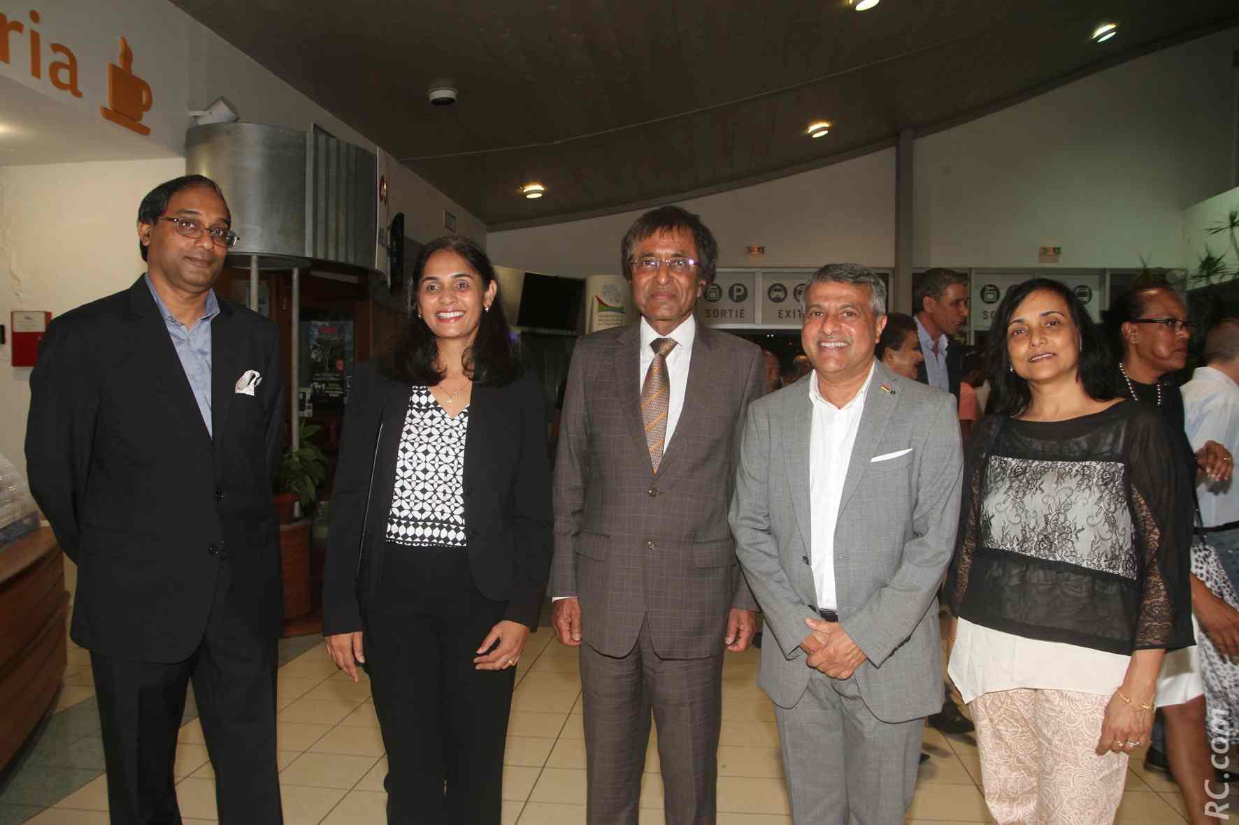 Younous Ravate, le consul de Maurice à La Réunion (costume gris), avec Anil Gayan, Gérard Canabady, et des invitées de las oirée