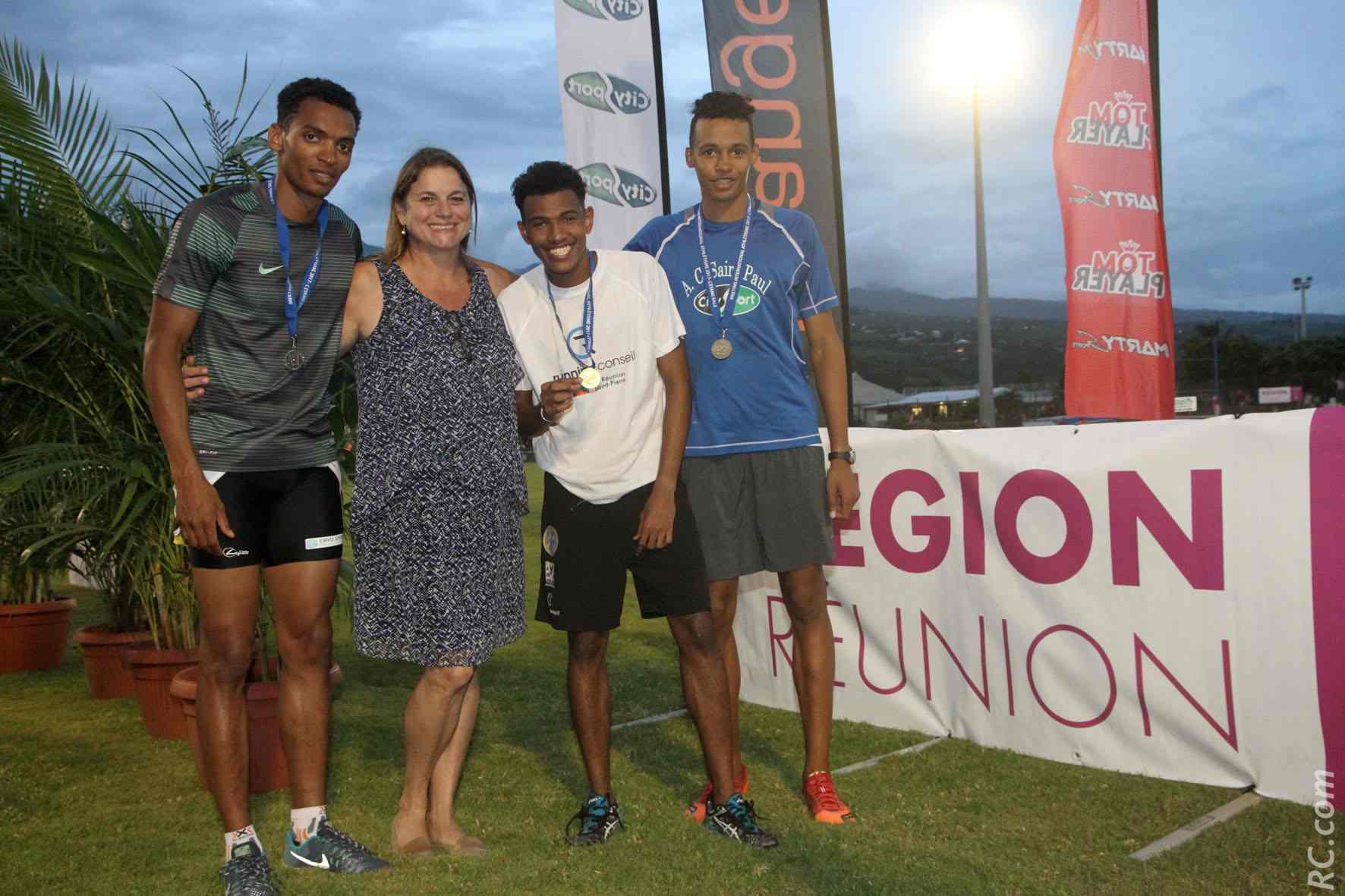 Les félicitations de Yolaine Costes aux trois premiers du 400m remporté par Fabrizio Saïdy