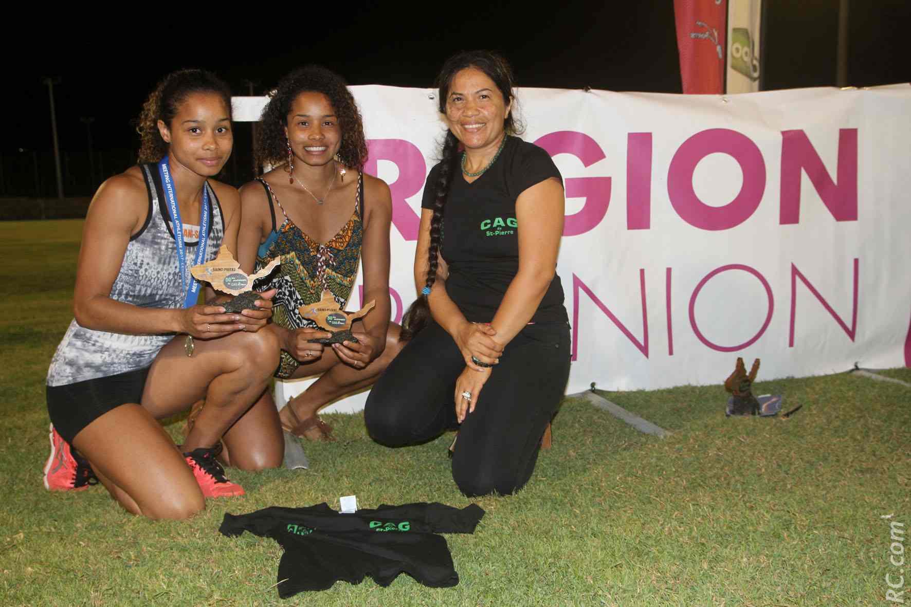 Joany Devianhi, présidente du CAG, a remis un trophée des 50 ans du CAG à Olivia et Darlène Mazeau