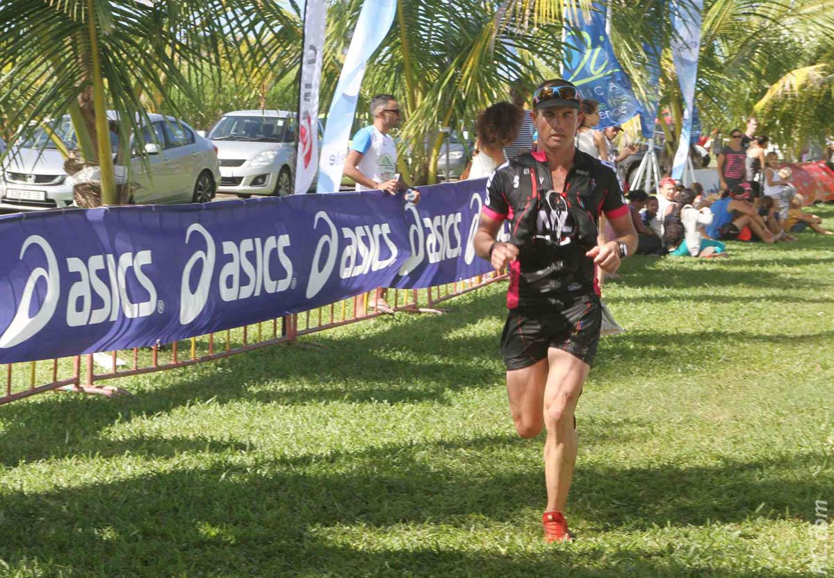 Simon Desveaux sur la 3ème marche du podium des 80km