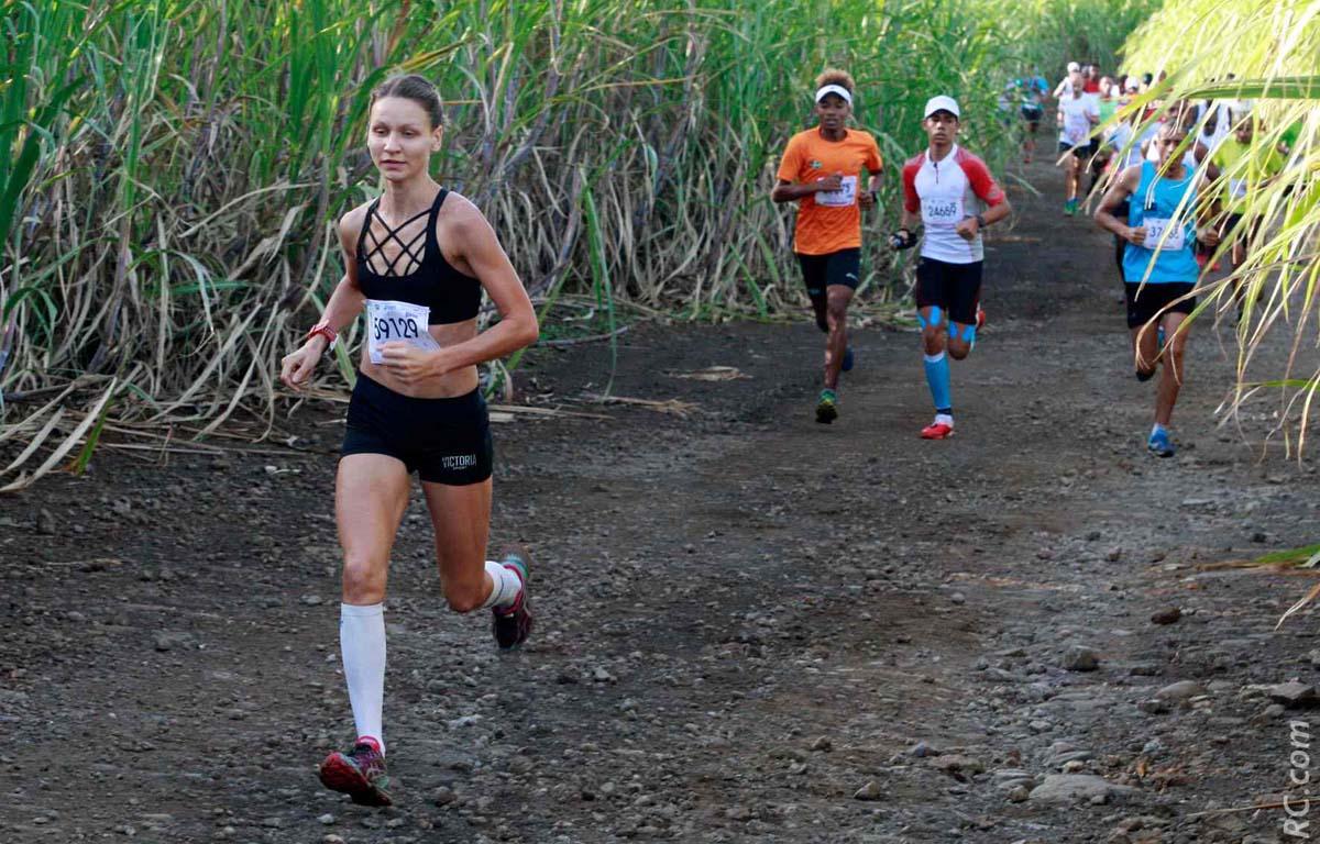 La russe Olga Firsova mène le bal, mais fera fausse route quelques kilomètres plus loin. Dommage